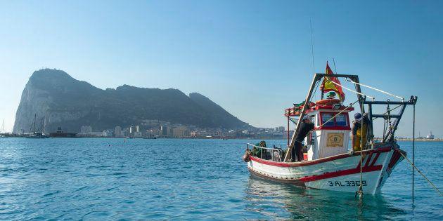Pescadores españoles de La Linea de La Concepción pescan con redes con el Peñón al