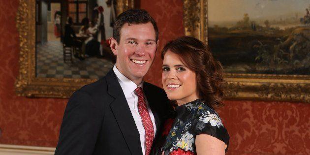 La princesa Eugenia y su prometido Jack Brooksbank posan en el Palacio de