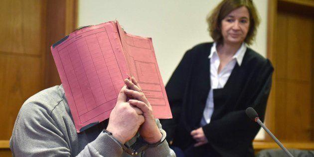 Imagen de archivo de Niels H. (que cubre su rostro con una carpeta) junto a su abogada en 2015, durante...