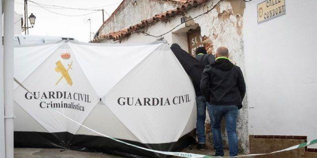 Efectivos de la Guardia Civil colocan una mampara para inspeccionar la vivienda de Bernardo
