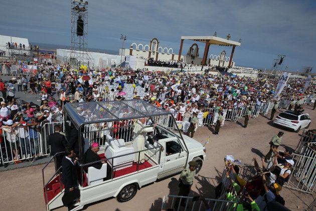 El papa Francisco llega a la playa de Lobito para oficiar una misa multitudinaria el 18 de enero de 2018,...