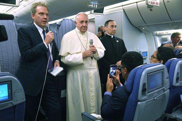 El papa Francisco hace una declaración a los periodistas a bordo del avión durante el vuelo de regreso...