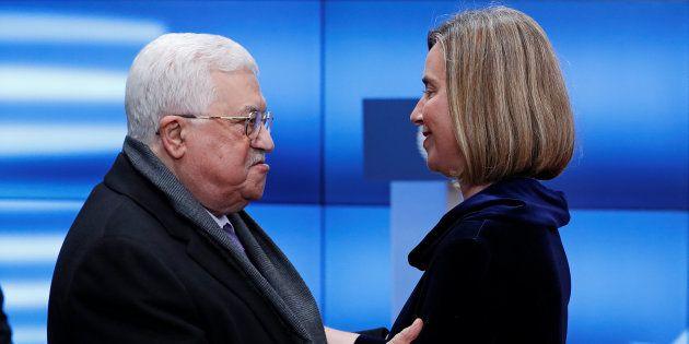 La jefa de la diplomacia europea, Federica Mogherini, y el presidente de Palestina, Mahmud Abbas, se
