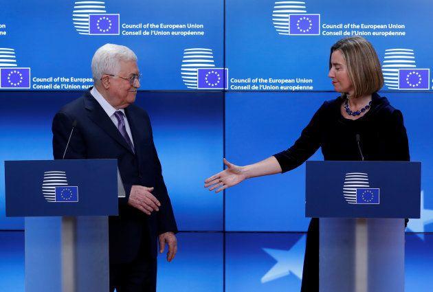 Mogherini tiende la mano a Abbas, durante su comparecencia en