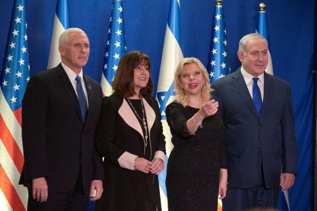Mike Pence y Benjamin Netanyahu, con sus esposas, Karen y Sara, minutos antes de la cena oficial en la...