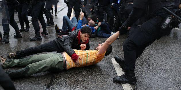 Agentes de la Policía se llevan a un manifestante, el pasado 1 de octubre en