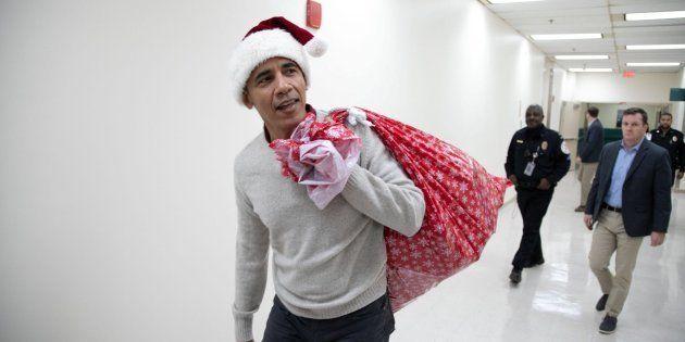 El expresidente Obama entrega regalos en hospital para niños en