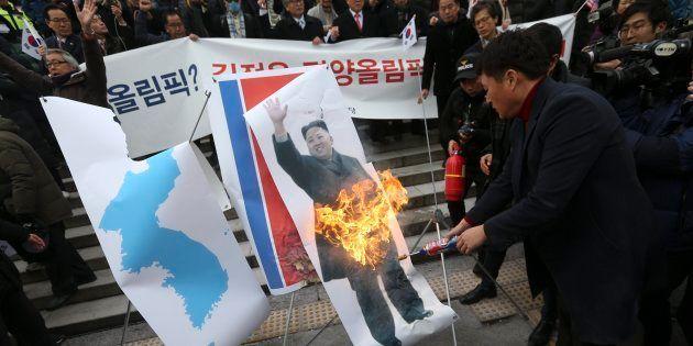 Grupos conservadores de Corea del Sur queman una foto del líder norcoreano, Kim Jong