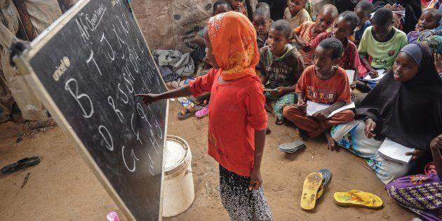 Una niña somalí, desplazada en un campo de Mogadiscio, durante una