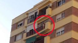Espectacular rescate de una niña de 5 años que colgaba de un balcón en un octavo
