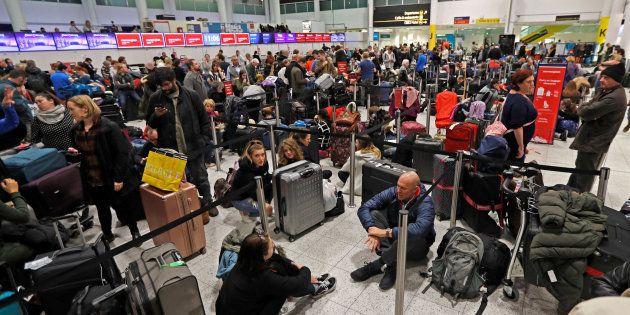 El aeropuerto de Gatwick, colapsado ante los vuelos