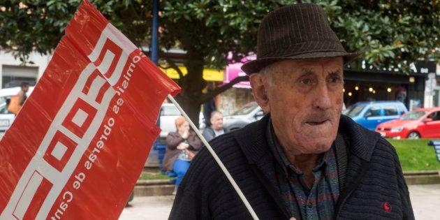 Un jubilado con una bandera del sindicato CCOO en Santander
