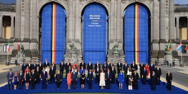 Los líderes de la OTAN y sus parejas, posando en la foto final de familia, en el Parque del Cincuentenario...