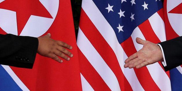 Donald Trump y Kim Jong Un, a punto de darse la mano en su insólito encuentro del pasado 12 de junio...