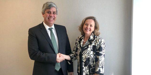 La ministra de Economía, Nadia Calviño, con el presidente del Eurogrupo, Mario