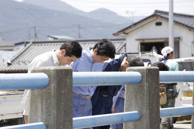 El primer ministro Shinzo Abe visita las zonas afectadas por las