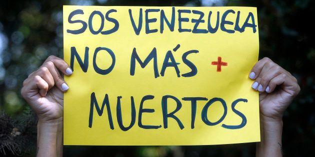 Un cartel durante las protestas en el exterior de un encuentro de ministros de exteriores del Grupo Lima,...