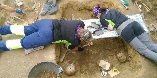 Arqueólogos y voluntarios, trabajando en la fosa de Vilarraso, que contiene cuerpos de represaliados...