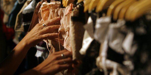 Unas clientas compran ropa interior femenina, en una imagen de