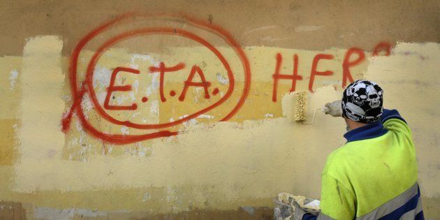 Un operario municipal pinta sobre un grafiti de apoyo a ETA en Gernika (Vizcaya), en una imagen de archivo...