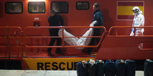 El cuerpo de una mujer migrante es trasladado a la morgue tras llegar al puerto de Málaga, el pasado...