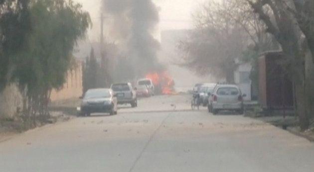 Llamas y humo de vehículos ardiendo junto a la sede de Save the