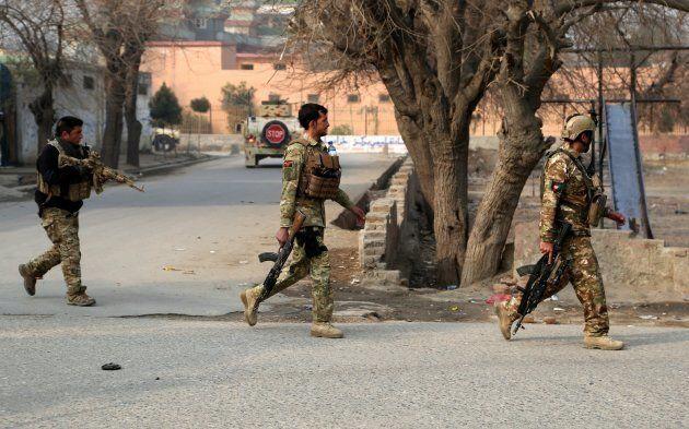 Fuerzas de seguridad afganas se despliegan en el lugar del