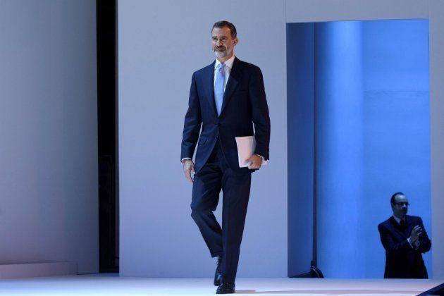 El rey Felipe VI camina hacia el escenario para intervenir en el Foro de