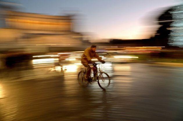Un ciclista cruza la Piazza Venezia del centro de Roma el 27 de diciembre de 2015. El 28 de diciembre...