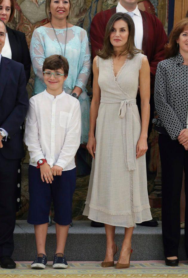 El divertido gesto de este niño al conocer a la reina