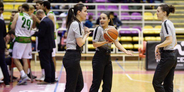 Las árbitras Elena Espiau, Paula Lema y Yasmina Alcaraz pitaron conjuntamente el encuentro de la LEB...