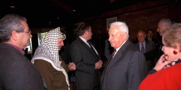 Yasser Arafat y Ariel Sharon, durante los encuentros de la conferencia de paz de Wye (EEUU), en octubre...