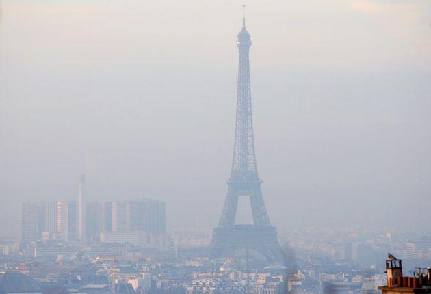 La Torre Eiffel envuelta en una espesa niebla de contaminación el 9 de diciembre de 2016, la peor crisis...