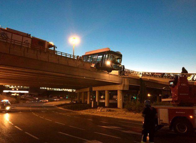 Un autobús lanzadera del Mad Cool sin pasajeros queda suspendido de un