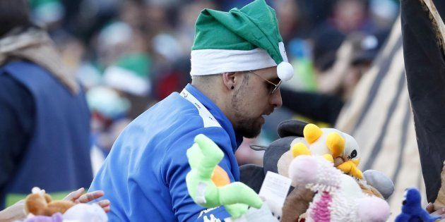 Los aficionados del Betis tiraron cientos de peluches al
