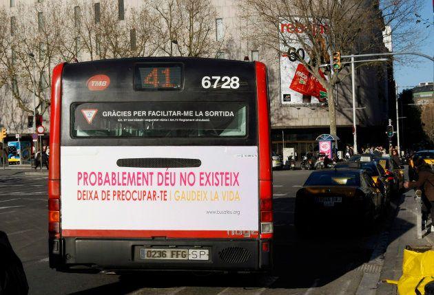 Imagen de archivo de un bus que en enero de 2009 circulaba por Barcelona con un cartel que decía: