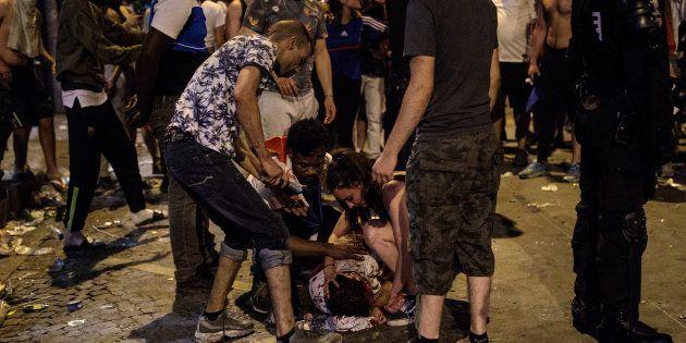 Un hombre yace en el suelo ensangrentado durante los choques entre grupos de jóvenes y la