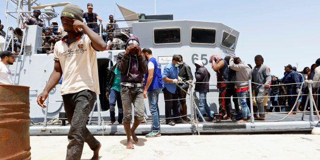 Un grupo de migrantes desembarca en el puerto de Trípoli tras ser rescatado en aguas de Libia, el pasado...