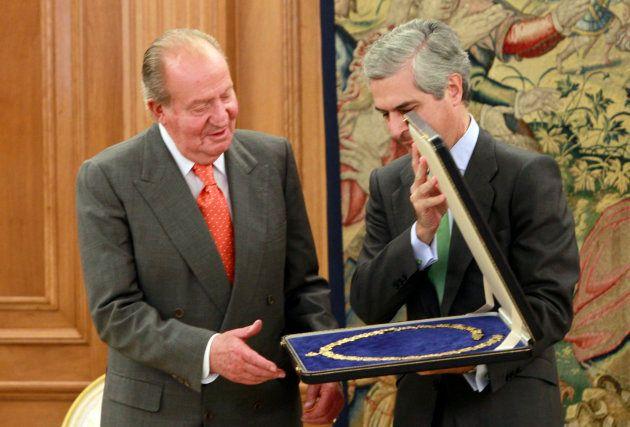 El rey don Juan Carlos durante una audiencia con Adolfo Suárez Illana con motivo de la devolución del...