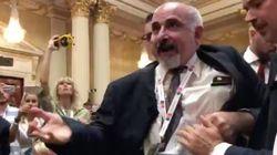 El servicio secreto expulsa a un activista y reportero antes de la rueda de prensa