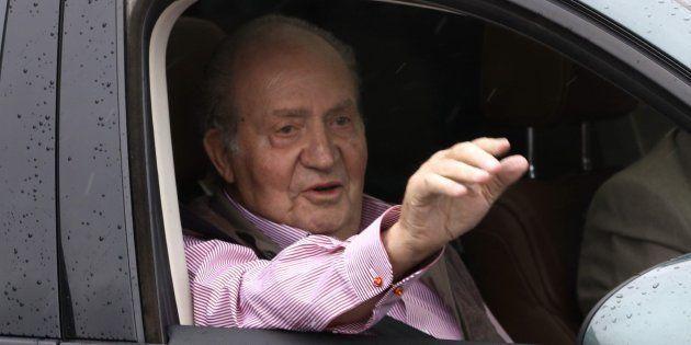 El rey Juan Carlos, a la salida de un centro médico tras una operación de rodilla, en