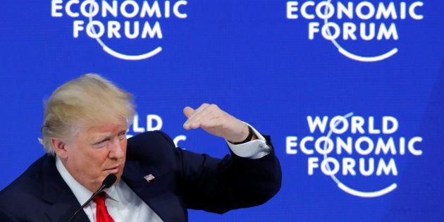 Trump gesticula durante su intervención en el Foro de