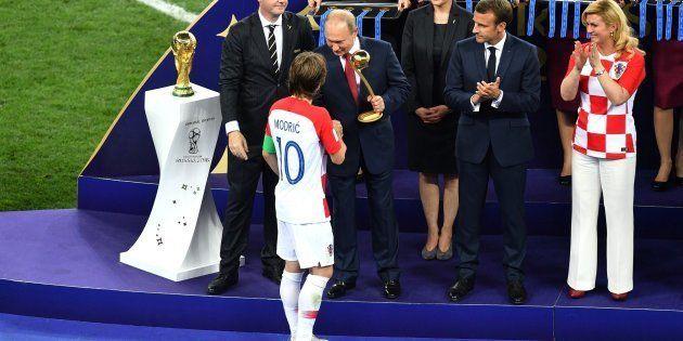Luka Modrić recibe el premio balón de oro a manos del presidente de Rusia, Vladímir