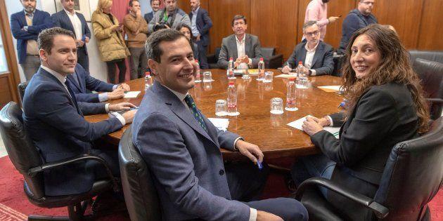Los equipos negociadores de Partido Popular y Ciudadanos, encabezados por Juanma Moreno y Juan Marín,...