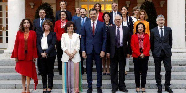 Foto de familia del actual gabinete de Pedro Sánchez, en las escaleras de La