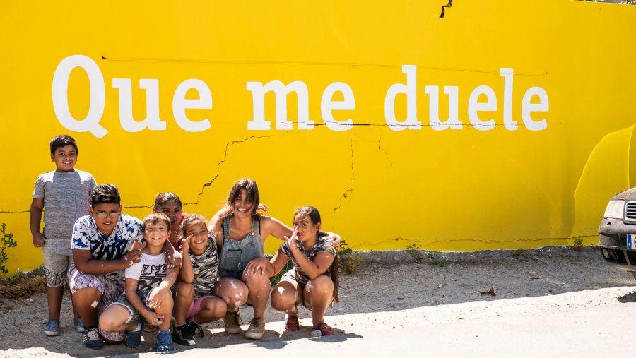 María Corrales, con Joel, Ezequiel, Ángel, Mamen, Alegría y Libertad, que se sumaron a pintar