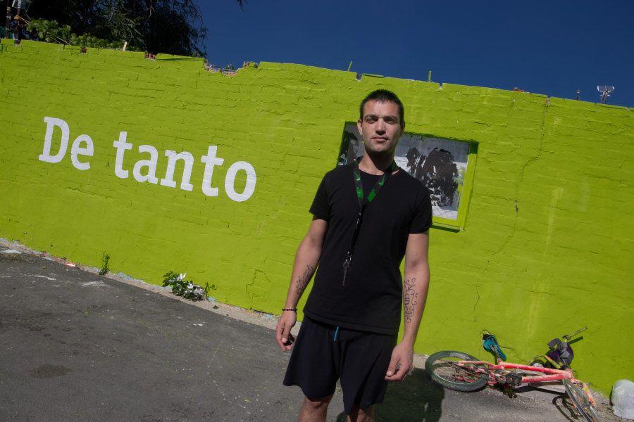 Ramón, vecino de la Cañada, posa frente al mural de su casa que pintaron hace unos