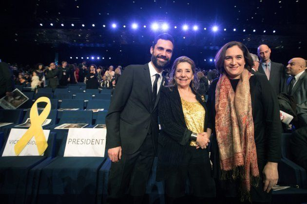 El presidente del Parlament, Roger Torrent, junto a la presidente de la academia del cine catalán, Isona...