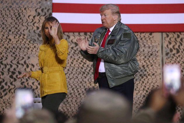 Trump y Melania durante su visita a las tropas en
