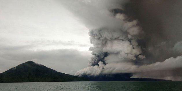 Vista del volcán Anak Krakatoa en erupción desde un barco en el estrecho de